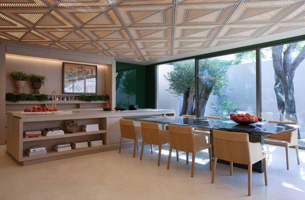 Projeto de cozinha em tons claros por Roberto Miggoto