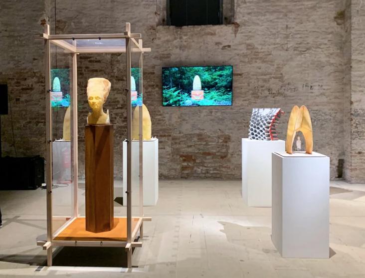 tomas-libertiny-esculturas-feitas-por-abelhas-bienal-de-veneza-2021-1