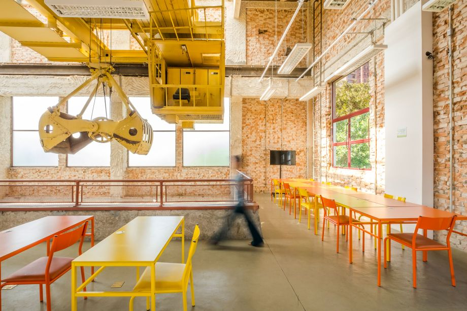 Na Praça Victor Civita, o escritório projetou um amplo deck de madeira suspenso, com espaços de passagem e permanência para os visitantes circularem. Ali também está o Museu Aberto da Sustentabilidade, que traz explicações sobre as soluções dadas aos problemas da área.