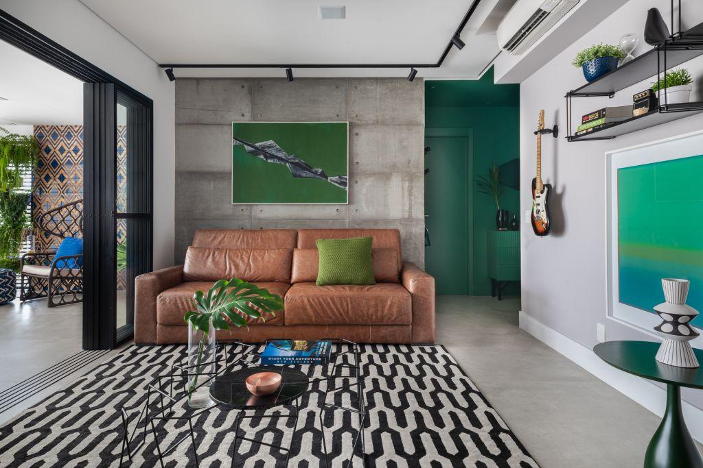 Sala colorida de apartamento em Pinheiros da arquiteta Beatriz Quinelato