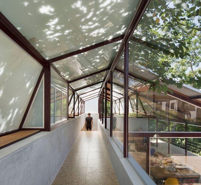 A Casa Santa Teresa foi feita em um área de preservação ambiental e onde não era permitido tirar nenhuma árvore.