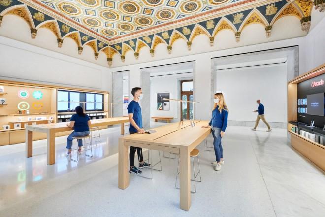 Apple_Via-Del-Corso-opens-in-Rome-interior-team-members_052721-660×440
