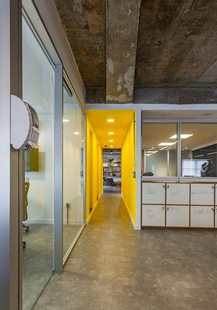 Dispernsers com álcool gel farão parte da composição dos projetos de escritórios pós-pandemia. Projeto de Korman Arquitetos