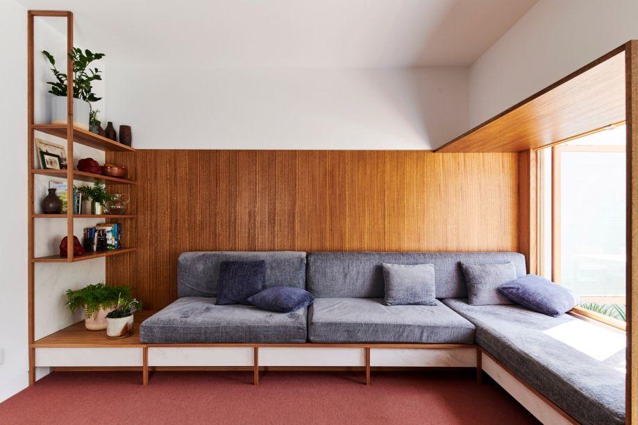 marcenaria inteligente paraintegrar espaços e criar funcionalidade para o sofá