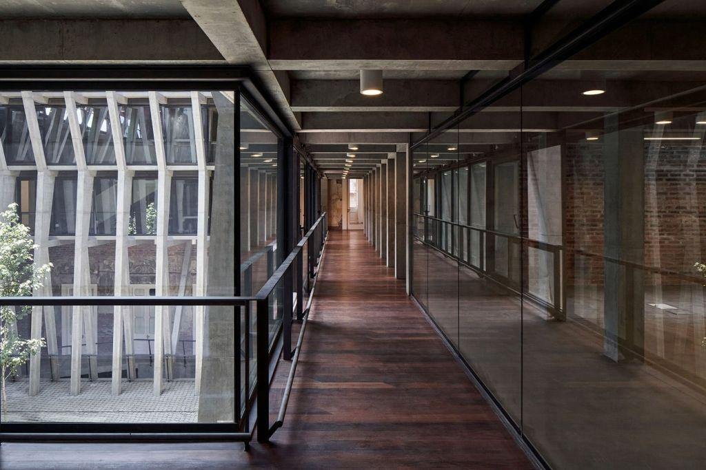 corredores de vidro separam escritórios do novo Ministério da Cultura do Chile