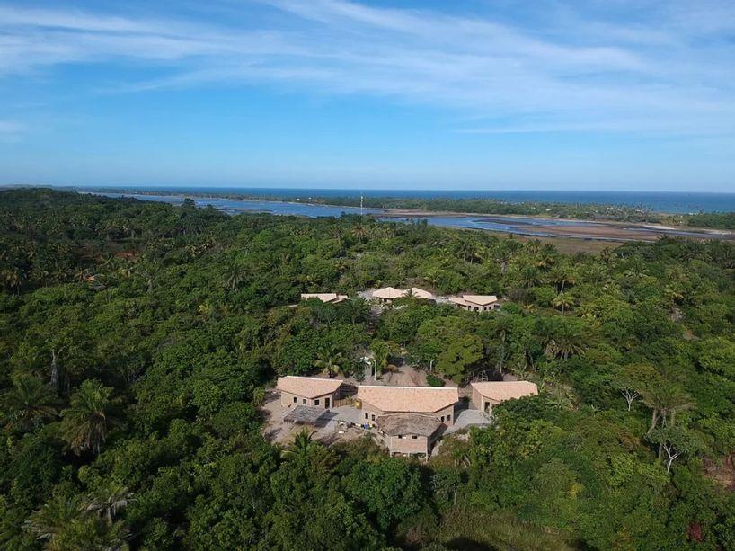 No Projeto Escola, localizado em Saquaira (na península de Maraú, na Bahia), os espaços foram pensados para servirem aos processos pedagógicos e suas demandas de integração com a agrofloresta, as hortas e a cozinha, além das salas multifuncionais.