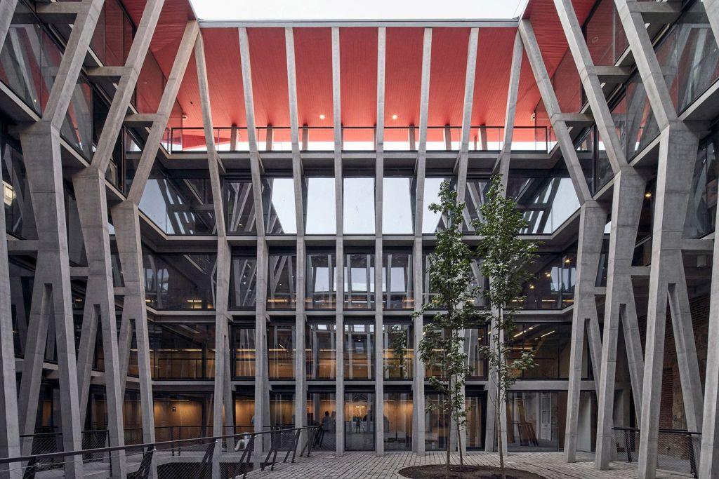 Pilares de concreto separam ambientes e trazem toque contemporâneo para a reforma do Palácio Pereira