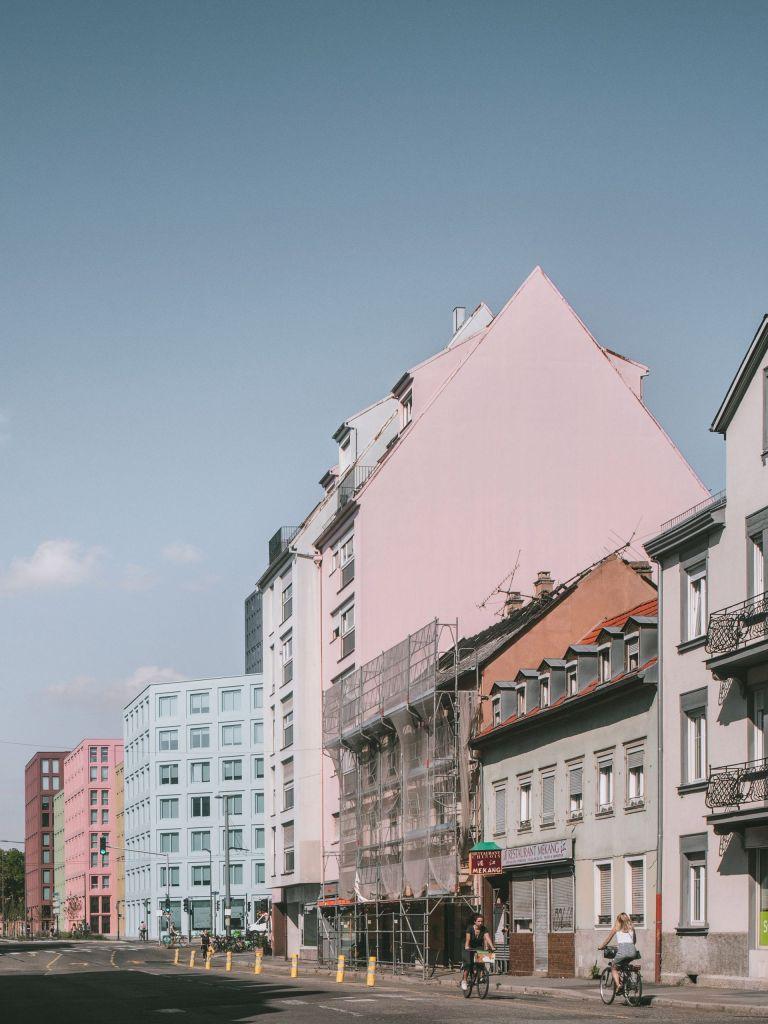 Prédio em tons pasteis localizado na França por Lan Architectures