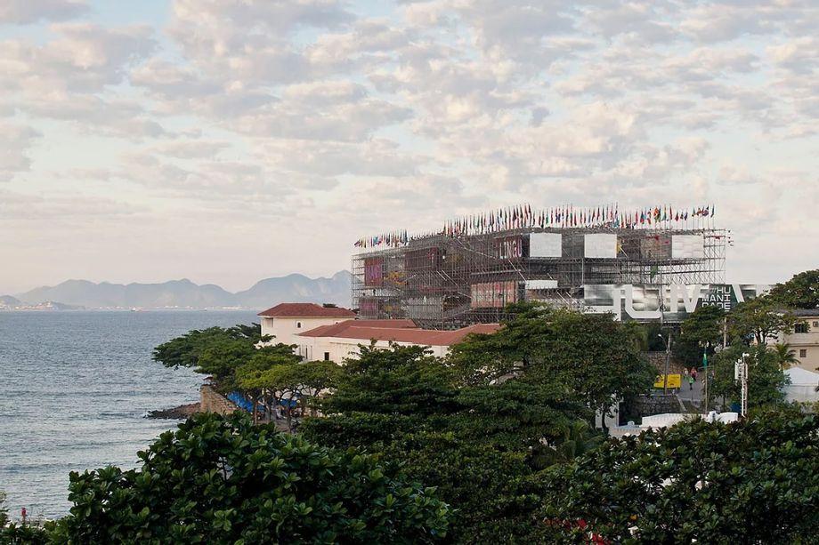 O Pavilhão da Humanidade 2012: o edifício da Rio+20, foi concebido como um grande andaime – cinco paredes estruturais expostas ao ar livre criam uma passarela suspensa.
