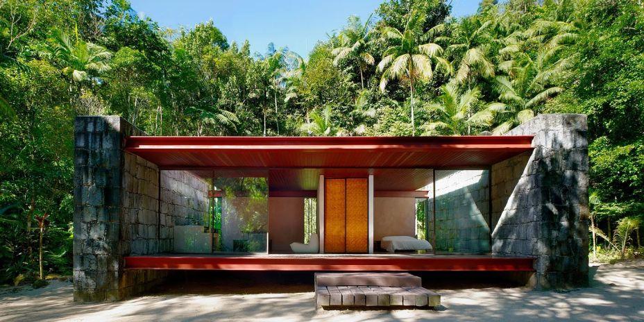 A Casa Rio Bonito é caracterizada por duas paredes de pedra de 1,10 m de espessura que sustentam as vigas do telhado e do piso, elevando a casa do solo.