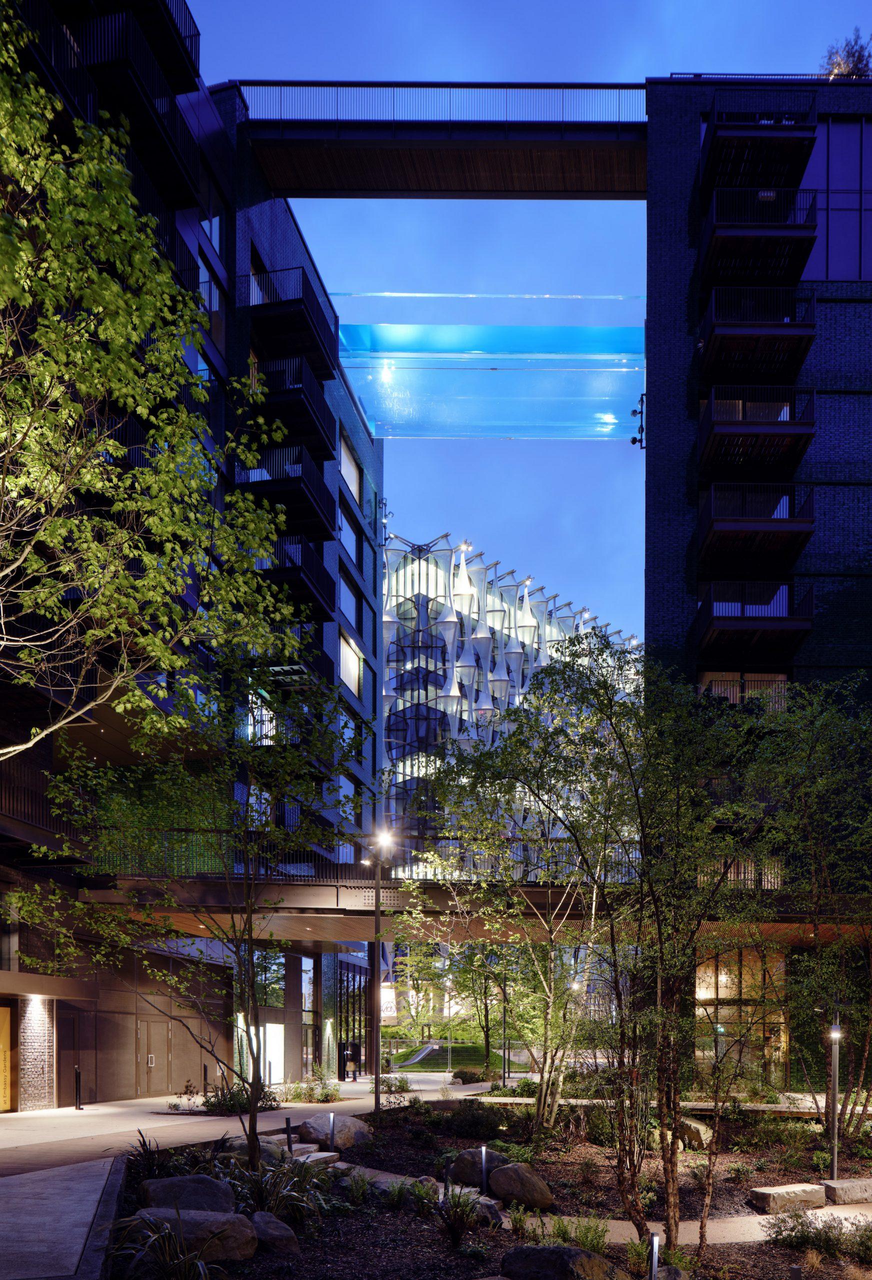sky pool piscina transparente conecta dois blocos residenciais em londres