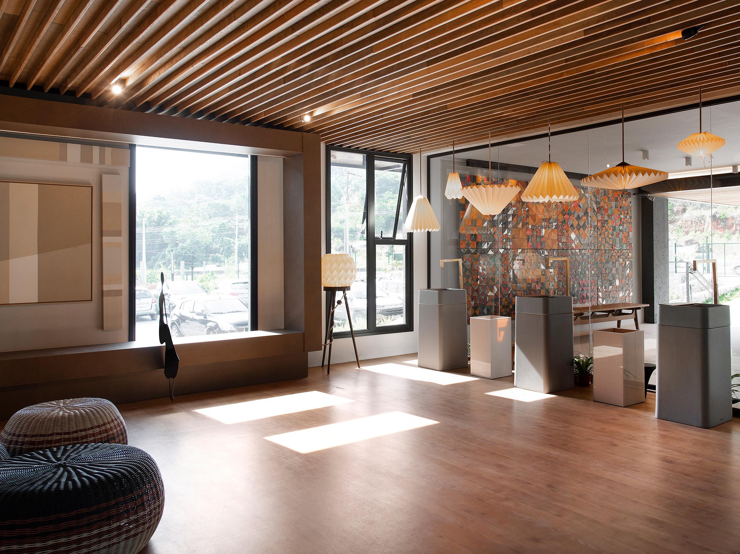 Lounge de Entrada e Bilheteria - Ana Lins e Iara Rosas. Projeto da CASACOR Santa Catarina 2021.
