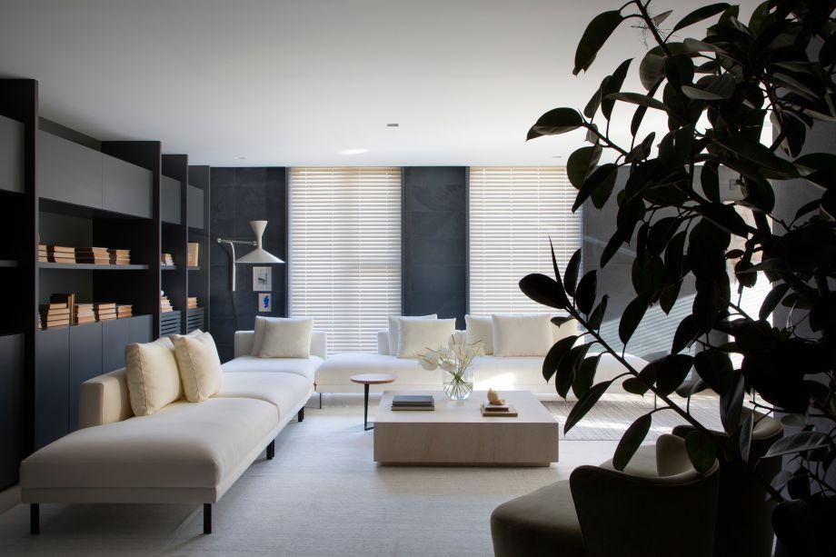 Ainda na sala de estar, o arquiteto Gabriel Bordin, autor da Casa Yugen Deca, indica o generoso sofá Misti com cinco módulos em composição com a poltrona Ramona, do designer André Grippi. Ambas as peças fornecidas pela Bellacatarina estão com 25% de desconto.