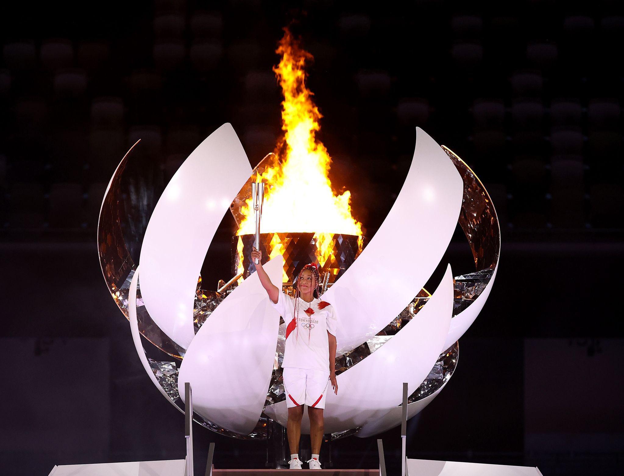 A tenista japonesa Naomi Osaka acende a pira olímpica durante a cerimônia de abertura dos Jogos de Tokyo 2020.