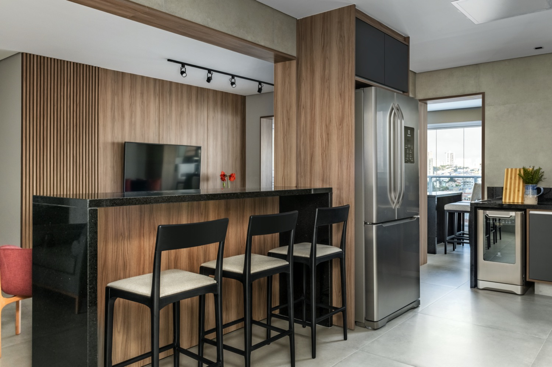 Madeira e detalhes coloridos neste apartamento de 118 m²