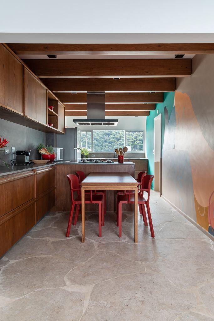 Apartamento na praia por Studio Juliana Camargo com soluções em marcenaria e cores