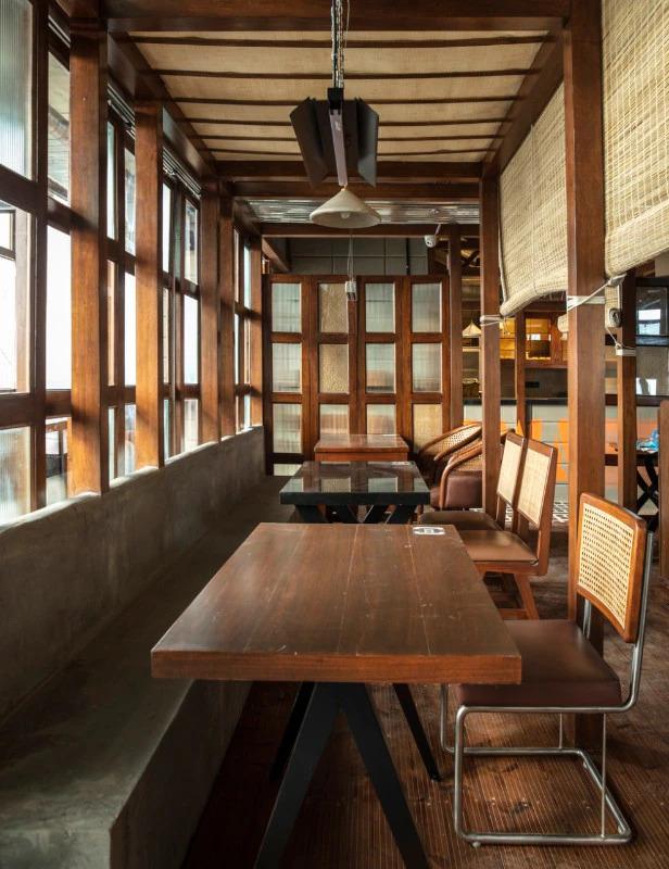 restaurante; india; pandemia; madeira; materiais naturais; rústico