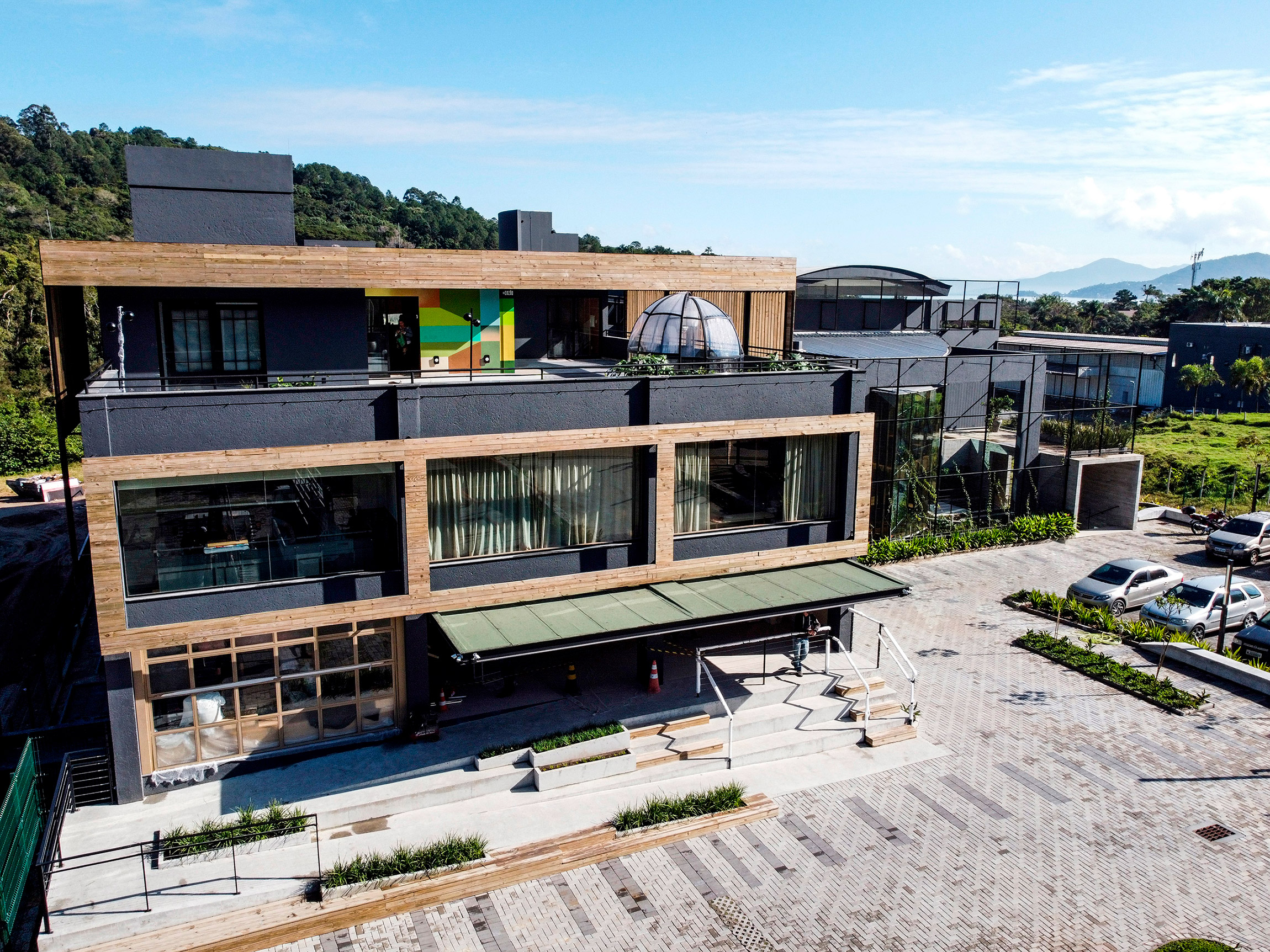A CASACOR SC inaugura o Espaço + UM, novo local de negócios e entretenimento da cidade localizado na SC-401, em Florianópolis.