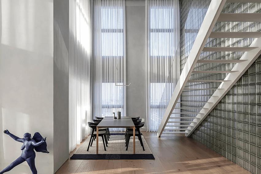 Blocos de vidro melhoram a iluminação natural em apartamento duplex localizado em Israel