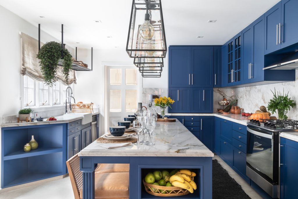 casa; são paulo; revitalizada; restaurada; arquitetura; decoração; cor azul de parede; cozinha colorida; madeira