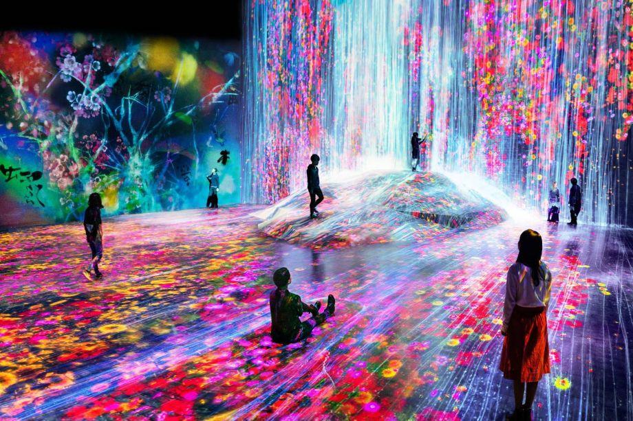Famoso museu imersivo conhecido por suas instalações coloridas e futurísticas de arte digital e locais para fotos, o coletivo teamLab possui uma exposição permanente em Odaiba.