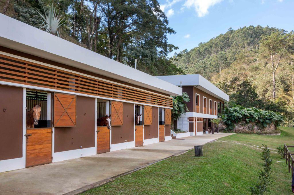 casa; serra; mauricio nobrega; cocheira; marrom; arquitetura; construção;