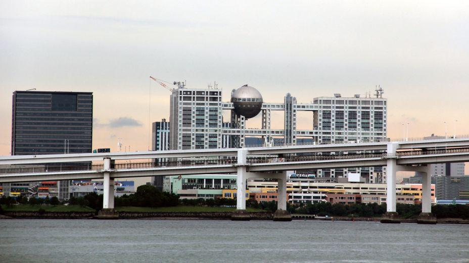 Prédio da Fuji TV, assinado por Kenzo Tange, ganhador do Pritzker. É uma construção famosa também por aparecer no anime Digimon.