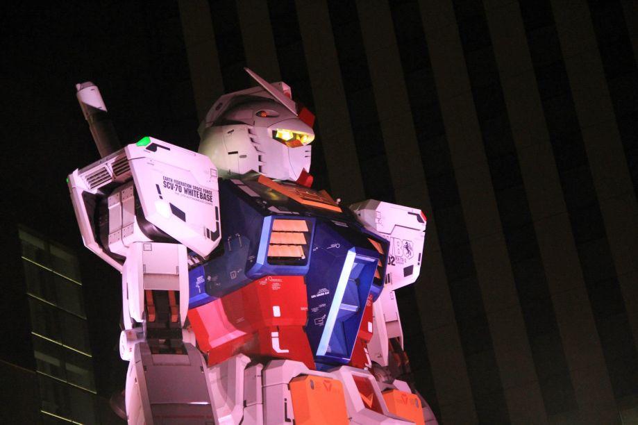 A estátua em tamanho real do RX-0 Unicorn Gundam da série Mobile Suit Gundam Unicorn está instalada no DiverCity Tokyo Plaza de Odaiba.
