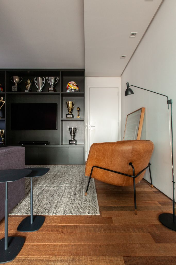 Sala de televisão em apartamento contemporâneo