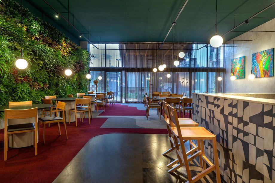 Marco Leal - Sushi Bar Jun Sakamoto. Em sua estreia na mostra, o profissional constrói uma narrativa em torno das lembranças, conexões e encontros, que percorrem o tempo e o espaço que definem cada pessoa. Ao questionar como o ambiente físico atua no processo de desenvolvimento do ser humano, Marco intitula seu trabalho como a memória do futuro e desenvolve um sushi bar para quem vibra com diversidade. O espaço é marcado por contrastes, mobiliário com mesas autorais e jardim vertical.