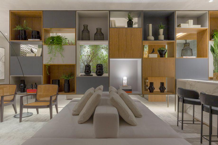 Natalia Veloso - Loft Origami. Inspirado na arquitetura minimalista japonesa, o ambiente de 90 m² mescla materiais nobres e atemporais e um mobiliário contemporâneo com peças assinadas pelo designer Jader Almeida. Uma estante suspensa de 7,5 m se apresenta como a grande protagonista.