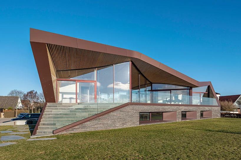 Casa assinada pelo escritório CEBRA à beira do mar na Dinamarca