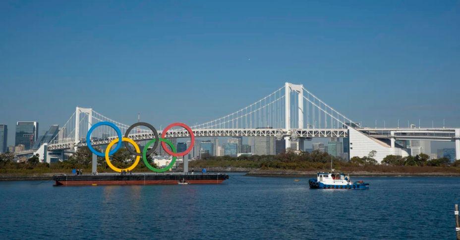 Com 15,3 m de altura e 32,6 m de comprimento, os Arcos Olímpicos ficam no Odaiba Marine Park. Muitos estúdios de TV se localizam nos arredores, o que faz com que a paisagem se torne pano de fundo de diversas transmissões.