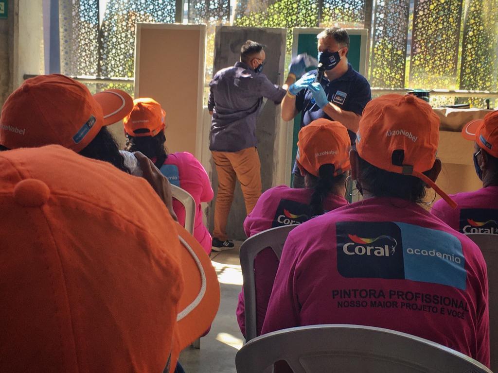 parceria Coral, Fazendinhando e CASACOR São Paulo para capacitação de mulheres pintoras