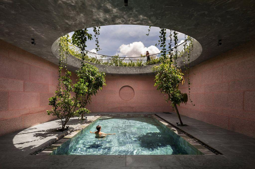 Casa Rosa com abertura circular no teto