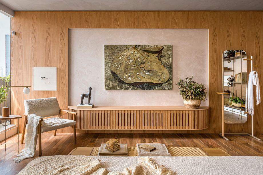 Érica Salguero - Espaço Kairós. A nova rotina pós-pandemia e o deus grego do tempo oportuno, Kairós (aquele que não é baseado em horas e sim em momentos de relaxamento e felicidade), são a grande inspiração da arquiteta na suíte master com sala de banho e home office, de 68 m². Na contramão do agito urbano, ela apresenta um ambiente que privilegia os sentidos, o bem-estar, as referências afetivas, a gratidão e o resgate da qualidade de vida. Madeira e palha naturais, além da paleta de cores suaves, estão entre os destaques.