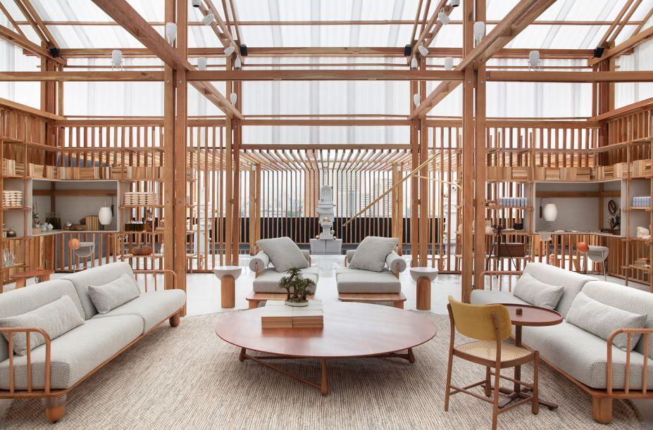 """Leo Romano - Ateliê Deca. O arquiteto assina o ambiente da Deca com o desejo de transmitir uma sensação boa, um abraço em tempo de retomada de novo fôlego na casa, lugar de alento e proteção. """"É um espaço de respiro, calmaria e suavidade, criado para parecer uma lanterna e ser um ponto iluminado na cidade"""", conta. Em quase 400 m², o núcleo central de estar se abre para quatro estações que são laboratórios criativos e sensoriais do paladar, do olfato, da poesia e da criação."""