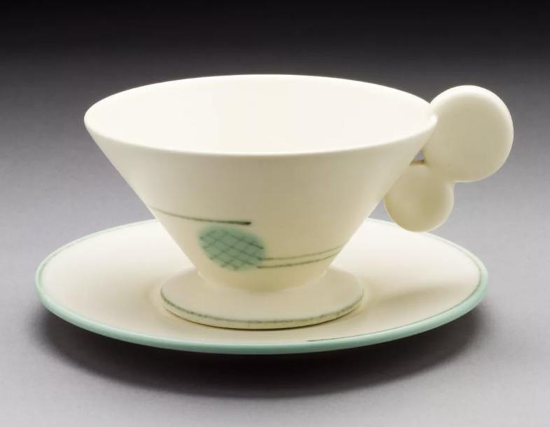 Margarete Heymann-Marks, Haël Werkstätten, Disk Handle Teacup and Saucer , 1930. Cortesia de The Ellen Palevsky Cup Collection, Gift of Max Palevsky.