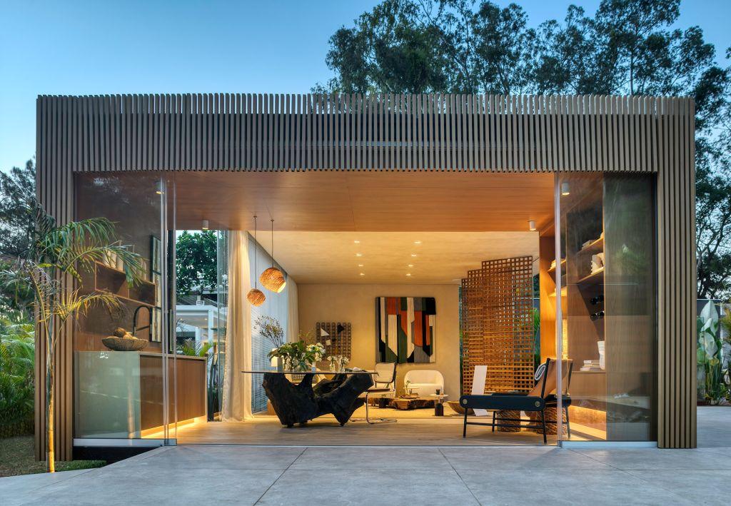 Living Oásis Bárbara Barbi CASACOR Minas Gerais 2021 sala de estar jardim muxarabi sofá madeira poltronas crochê tapeçaria decoração design