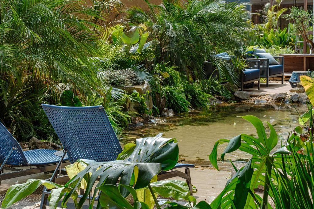 Horto Laguna Rafael Mineiro Natália Azevedo CASACOR Minas Gerais 2021 lago natural deque plantas tropicais poltronas jardim paisagismo