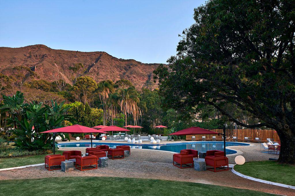 Bar Benericks Daniel Tavares Cynthia Vianna CASACOR Minas Gerais 2021 móveis vermelhos piscina decor design arquitetura