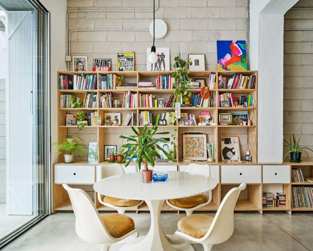 Armazém é transformado em habitação colorida e cheia de vida