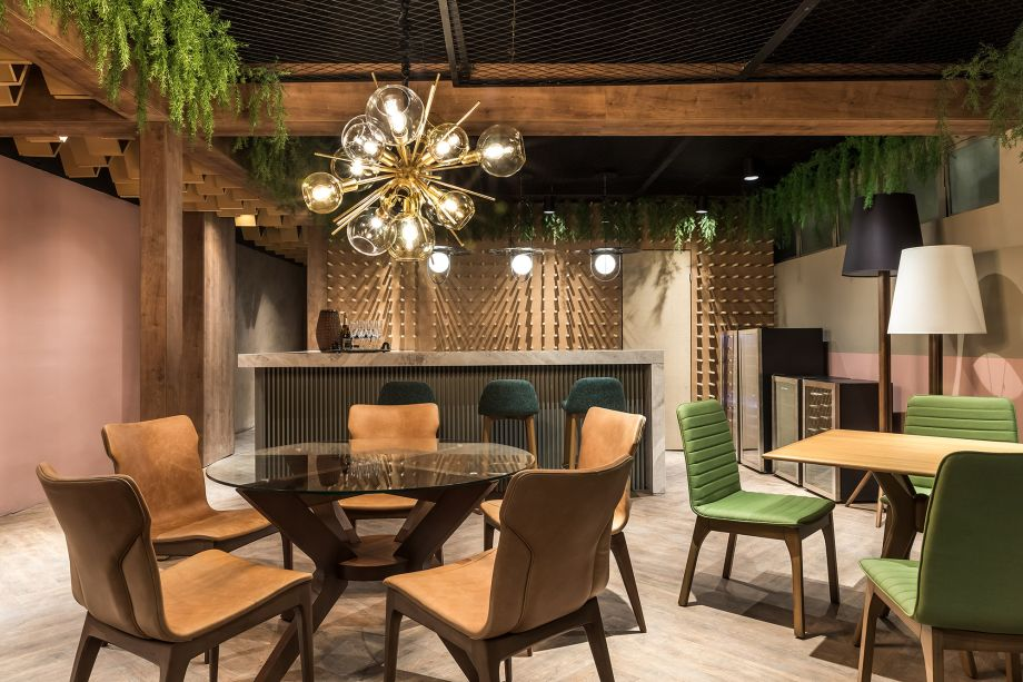 """Cynthia Karas - Resto Café. O espaço contemporâneo foi projetado para manter as pessoas seguras. Elegante e com ares de """"garden"""", o restaurante segue o design biofílico, acolhe, aconchega e reconecta as pessoas com a natureza e demais elementos que compõem o ambiente. Sensibilidade, imaginação e respeito ao verde são os ingredientes básicos que agregam valor ao espaço feito para agora e para quando tudo passar."""