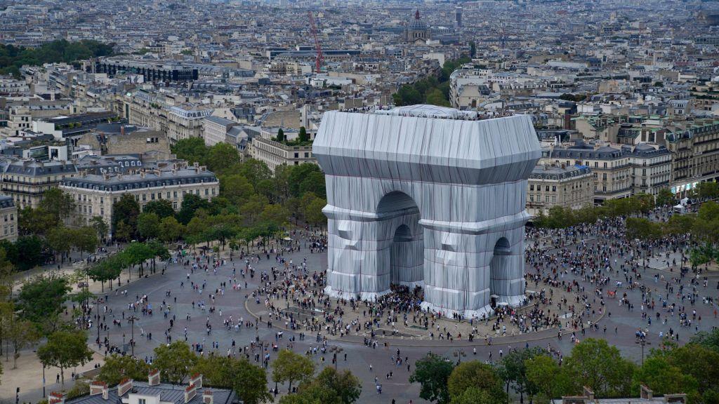 arco do trinfo em paris; intervenção artística;